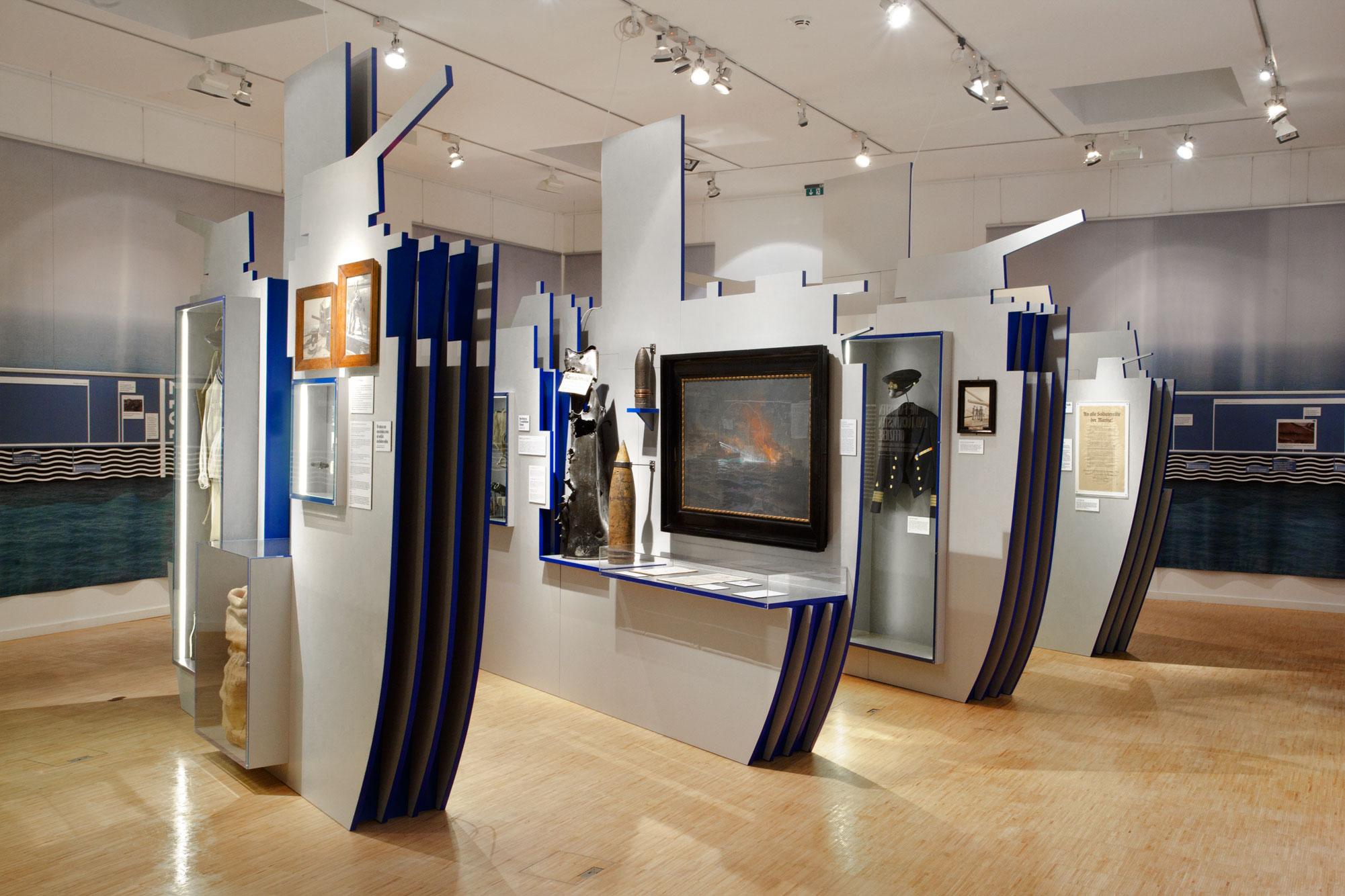 von GROTE Ausstellungsgestaltung und Design / Die Flotte schläft im Hafen ein. 14/18 – Kriegsalltag in Matrosen-Tagebüchern